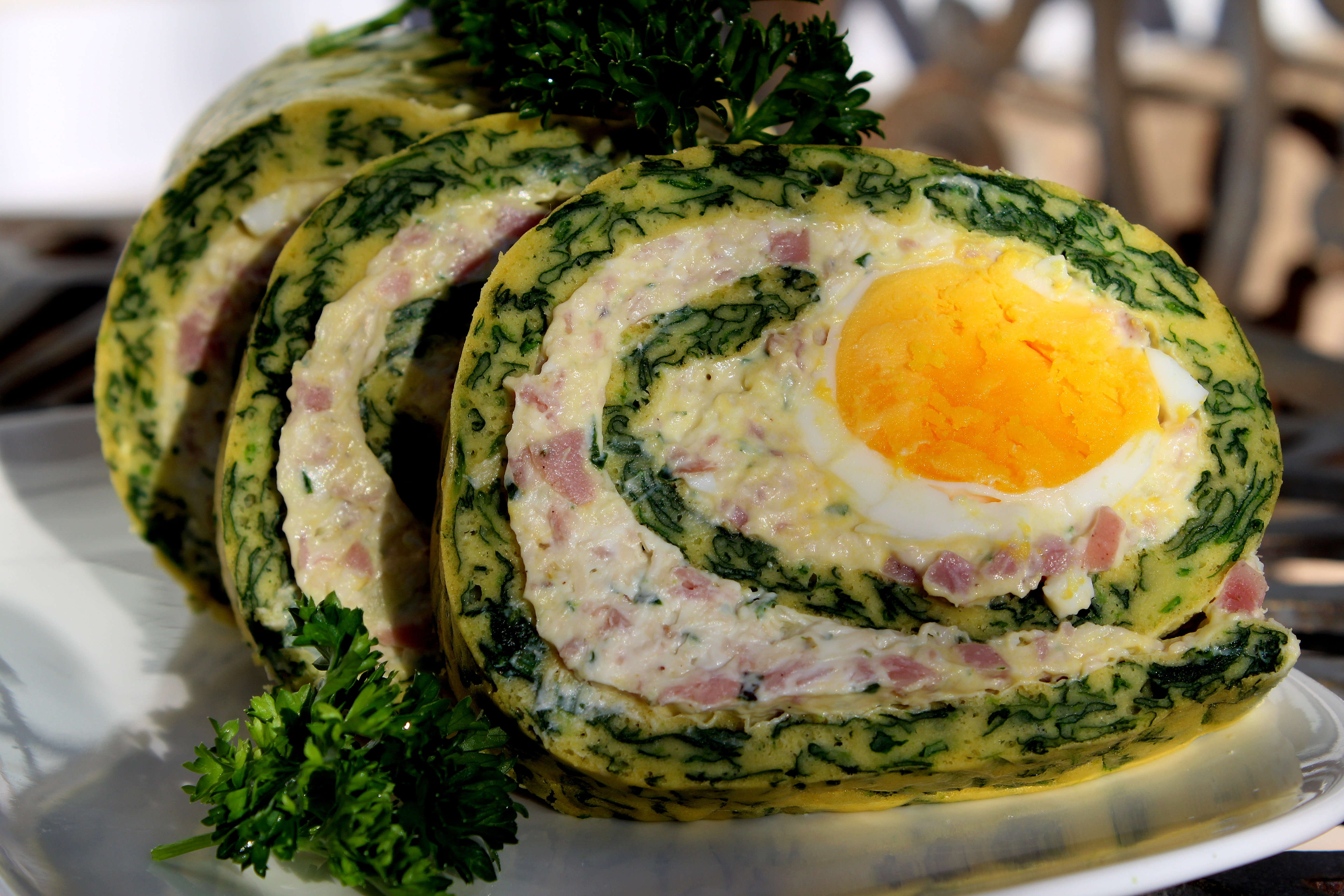 Rolat Od Mesa SA Jajima http://cookingwithzokie.com/2013/04/22/sareni-rolat-od-spanaca-spinach-roulade-with-cream-cheese-and-ham/